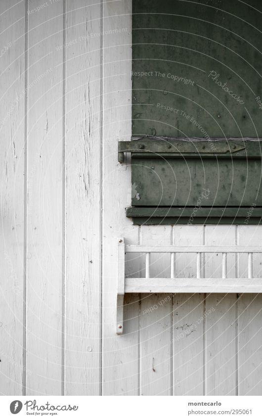 Closed Hütte Fenster Fensterladen Blumenkasten Holz alt authentisch einfach trist grün weiß Farbfoto mehrfarbig Außenaufnahme Detailaufnahme Menschenleer
