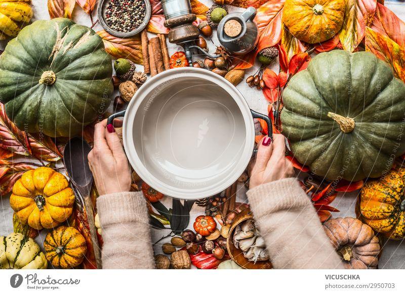 Hände halten Topf auf Tisch mit vielen Herbst Zutaten Frau Gesunde Ernährung Hand Foodfotografie Lebensmittel Hintergrundbild Stil Design kaufen