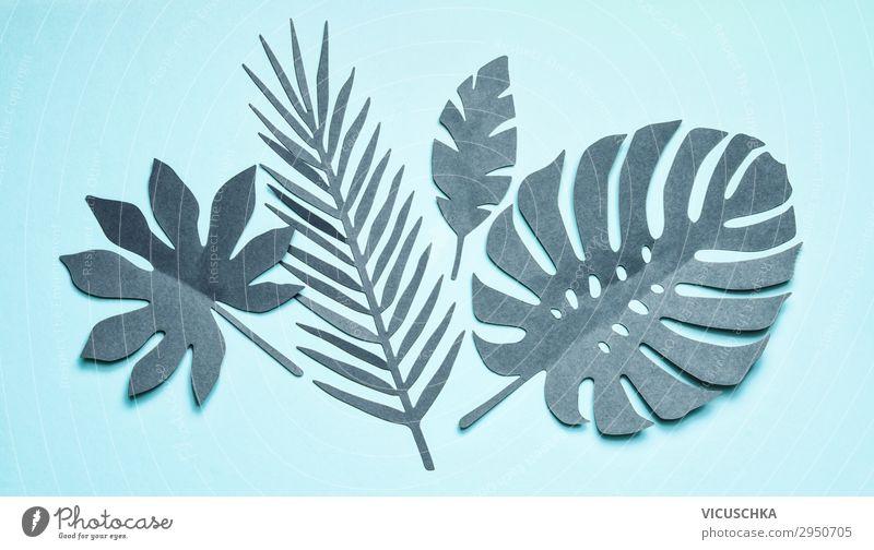 Türkisfarbene Tropenblätter komponiert auf pastellblauem Hintergrund, Draufsicht, flachliegend. Kreatives botanisches Layout. türkis tropisch Blätter Composing