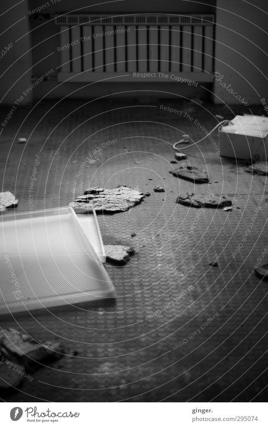 Köln [CW] 03/13 | Nachhall alt schwarz dunkel Wand Architektur Mauer grau Büro dreckig kaputt Bodenbelag gruselig Unbewohnt Zerstörung Heizkörper