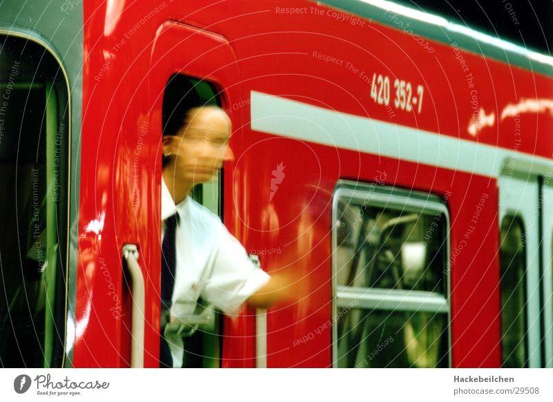 kann los gehn! Mensch rot Arbeit & Erwerbstätigkeit Eisenbahn U-Bahn Öffentlicher Personennahverkehr Fototechnik Schaffner