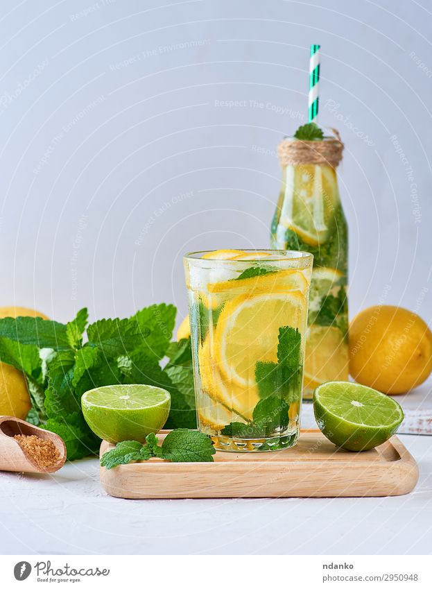 Sommer Erfrischungsgetränk Limonade mit Zitronen Frucht Kräuter & Gewürze Getränk Saft Alkohol Flasche Glas Tisch Blatt Coolness saftig sauer gelb grün weiß
