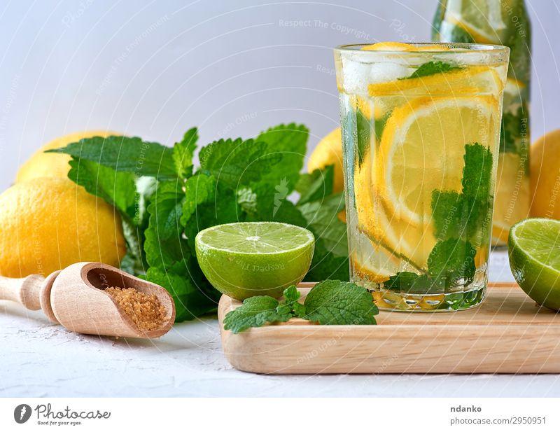Sommer Erfrischungsgetränk Limonade mit Zitronen Frucht Kräuter & Gewürze Vegetarische Ernährung Getränk Saft Alkohol Glas Löffel Tisch Blatt Coolness saftig