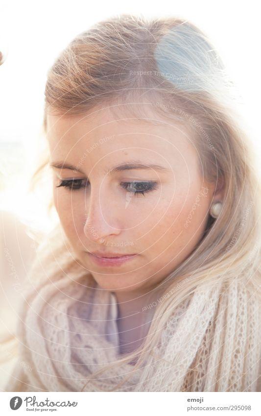 zart feminin Junge Frau Jugendliche Gesicht 1 Mensch 18-30 Jahre Erwachsene hell schön Farbfoto Außenaufnahme Tag Lichterscheinung Sonnenlicht Sonnenstrahlen