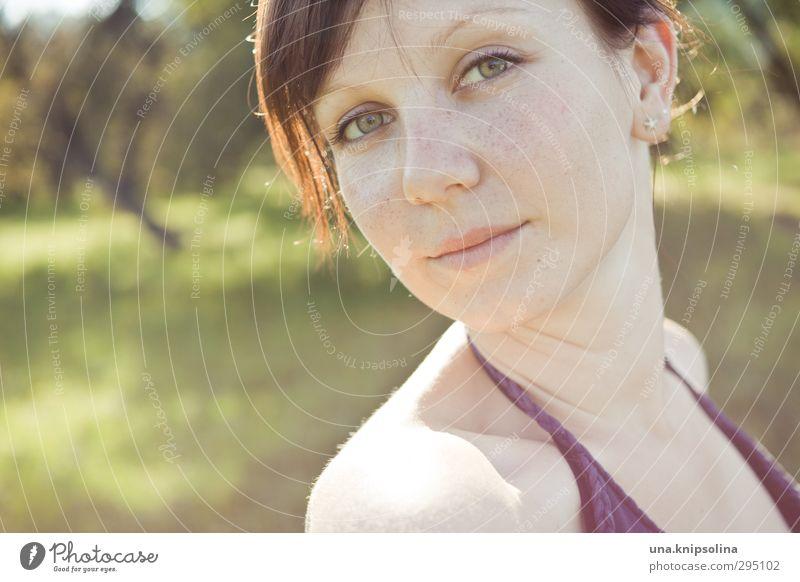 regenbogenleicht schön Sommer Sonne Frau Erwachsene Gesicht 1 Mensch 18-30 Jahre Jugendliche Natur Garten Park Wiese brünett langhaarig Pony Zopf Denken