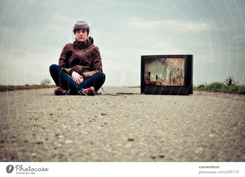 streetview feminin Junge Frau Jugendliche Kopf 18-30 Jahre Erwachsene Beton sitzen blau Ausdauer Straßenbelag Fernsehen Fernseher Fernsehempfang Glaskugel