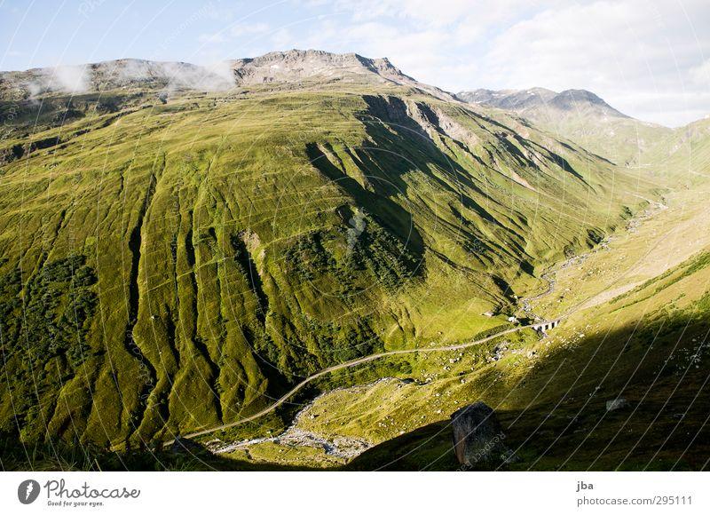 am Furkapass Natur Ferien & Urlaub & Reisen grün Sommer Landschaft ruhig Ferne Berge u. Gebirge Gras wandern hoch Schönes Wetter Sträucher Ausflug Alpen Sommerurlaub