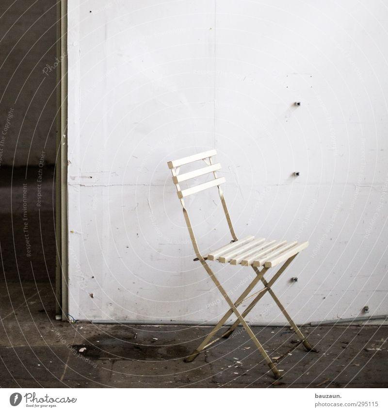 ut köln | clouth | sitzgelegenheit. alt weiß Wand Holz Mauer Innenarchitektur Gebäude grau Raum Wohnung Tür dreckig sitzen warten Häusliches Leben Beton