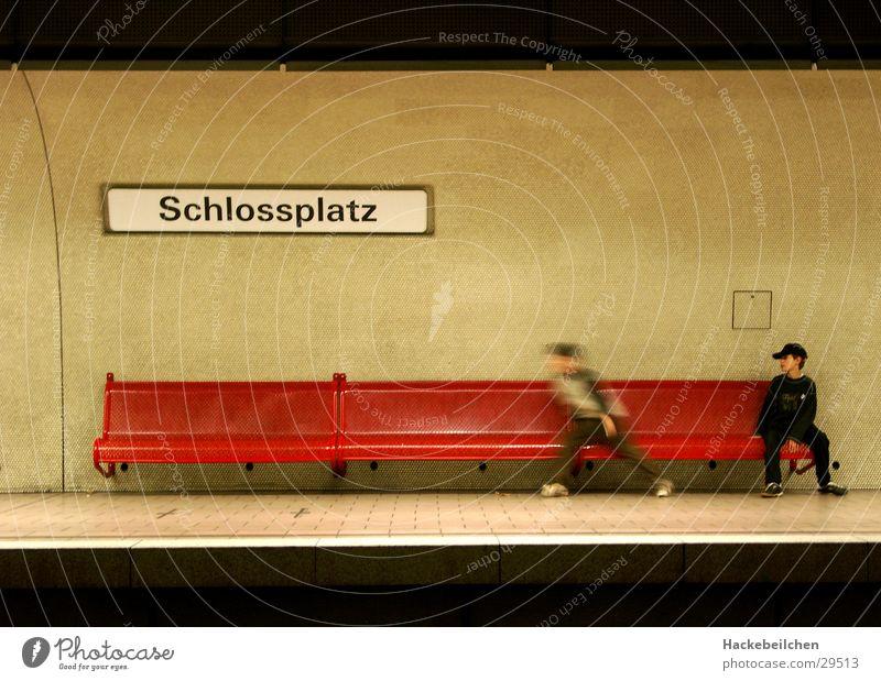sitzung II Kind Stadt warten Verkehr Eisenbahn sitzen Mensch Station U-Bahn Stuttgart