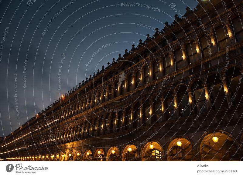 Procuratie Vecchie Tourismus Sightseeing Städtereise Insel Venedig Italien Hafenstadt Stadtzentrum Menschenleer Palast Sehenswürdigkeit Wahrzeichen Markusplatz