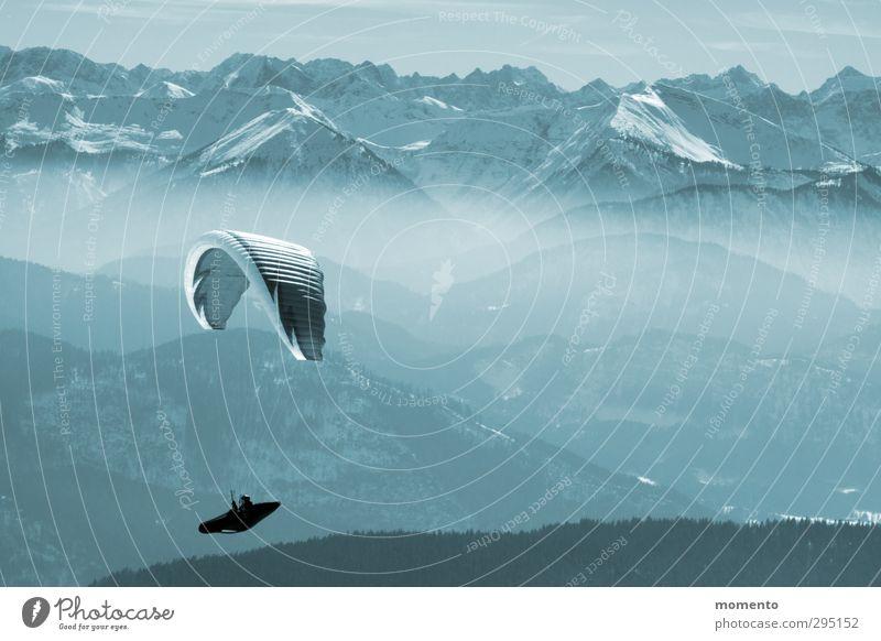 ausbrechen Mensch Natur Jugendliche blau Erholung Landschaft Winter 18-30 Jahre Erwachsene Berge u. Gebirge Schnee Gefühle Sport Frühling Horizont fliegen