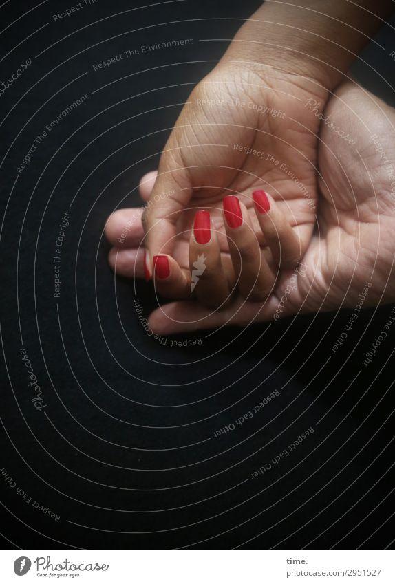 basic trust Nagellack maskulin feminin Hand Finger 2 Mensch berühren Erholung festhalten genießen Kommunizieren authentisch dunkel Zusammensein Gefühle Stimmung