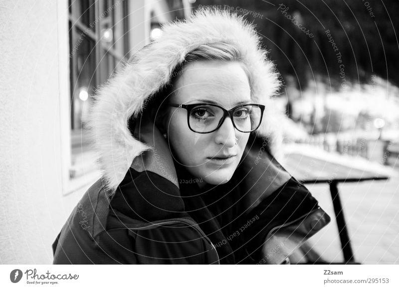 L Mensch Jugendliche schön ruhig Winter Erholung Junge Frau Erwachsene kalt Schnee feminin 18-30 Jahre natürlich blond sitzen einfach