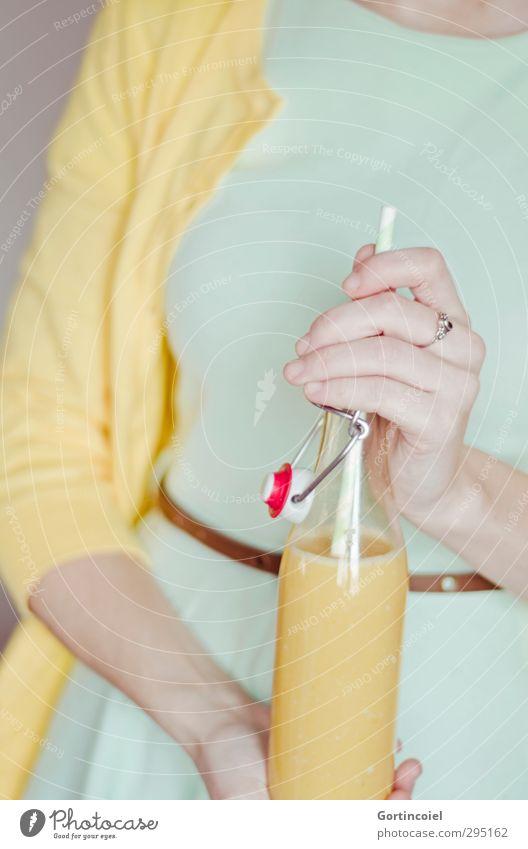 Pastell Getränk Erfrischungsgetränk Saft Longdrink Cocktail Flasche Trinkhalm Nachtleben Veranstaltung ausgehen Feste & Feiern trinken Mensch feminin Hand 1