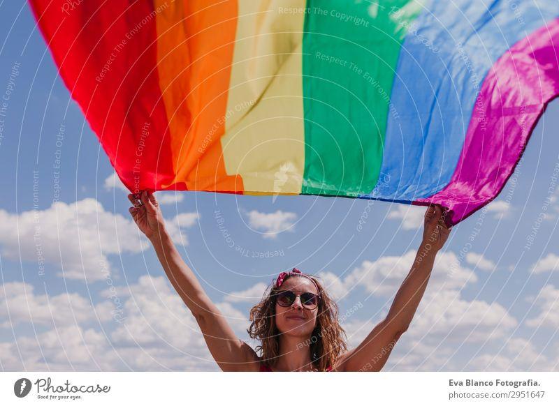 Frau hält die Gay Rainbow Flag über dem blauen Himmel im Freien. Lifestyle Freude Glück Freizeit & Hobby Freiheit Sommer Sonne Hochzeit Mensch Homosexualität