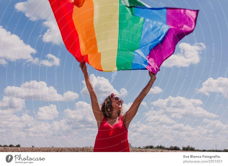 Frau hält die Gay Rainbow Flag über dem blauen Himmel. Lifestyle Freude Glück Freizeit & Hobby Freiheit Sommer Sonne Hochzeit Mensch feminin Homosexualität