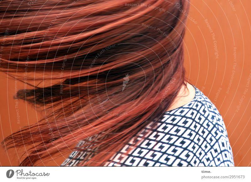 Drehmoment (III) feminin Frau Erwachsene Haare & Frisuren 1 Mensch Mauer Wand Pullover rothaarig langhaarig Bewegung drehen fliegen Tanzen außergewöhnlich