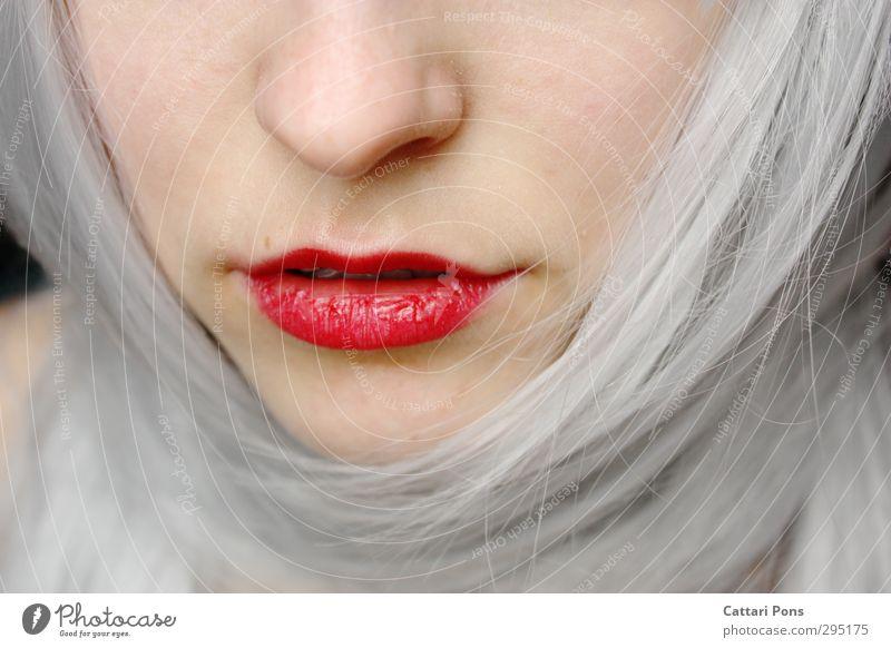 Wie ein blasser Frühlingsmorgen noch durchhaucht von Winterkälte schön Gesicht Kosmetik Lippenstift Haare & Frisuren weißhaarig langhaarig ästhetisch einfach
