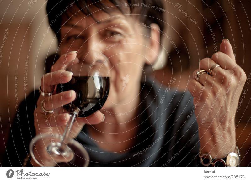 Rotwein muss sein Lebensmittel Getränk trinken Alkohol Wein Glas Weinglas Lifestyle Mensch feminin Frau Erwachsene Weiblicher Senior Mutter Kopf Gesicht Hand
