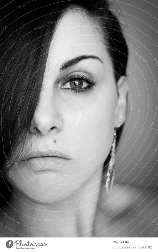 Windows, Shadows and Cages. Mensch feminin Junge Frau Jugendliche Gesicht 1 18-30 Jahre Erwachsene Accessoire Schmuck Ohrringe Haare & Frisuren brünett
