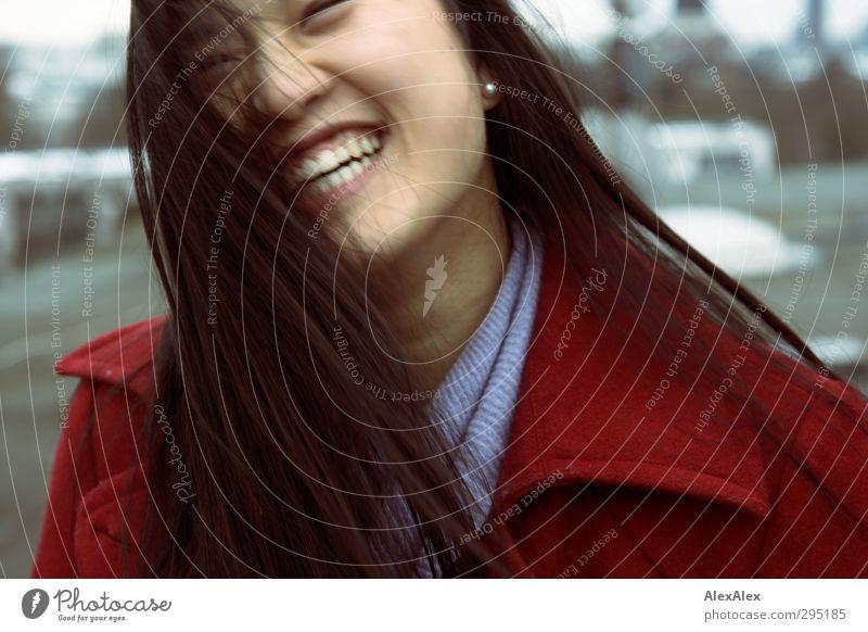 freu dich! Junge Frau Jugendliche Kopf Haare & Frisuren 18-30 Jahre Erwachsene Mantel schwarzhaarig langhaarig Lächeln lachen stehen leuchten außergewöhnlich