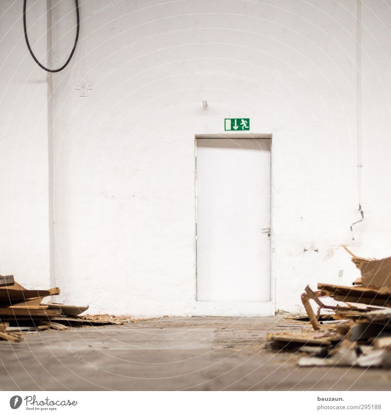 ut köln | clouth | notausgang. grün weiß Haus Wand Holz Mauer Gebäude Wohnung Tür Schilder & Markierungen Beton gefährlich Hinweisschild Sicherheit Baustelle