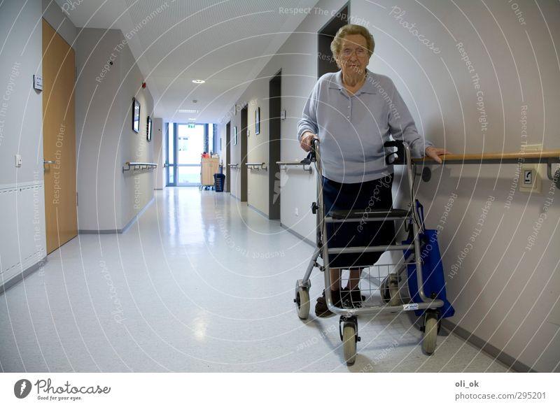 Allein im Heim feminin Großmutter Senior 1 Mensch 60 und älter laufen alt Einsamkeit Traurigkeit Vergänglichkeit Farbfoto Innenaufnahme Textfreiraum links Tag