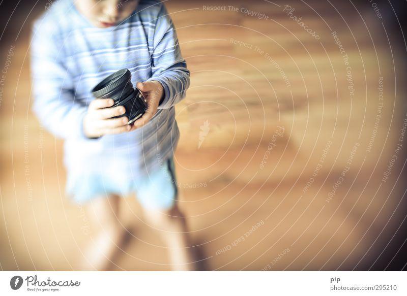 lens-baby muse Objektiv Linse Mensch Kind Junge Kindheit Körper Hand 1 beobachten entdecken Blick Spielen stehen Neugier niedlich retro Interesse lensbaby