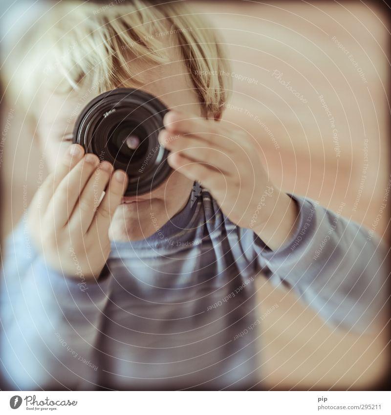 lens-baby composer Objektiv Linse Mensch Kind Junge Kindheit Kopf Haare & Frisuren Auge Hand 1 beobachten entdecken Blick Spielen Neugier niedlich retro