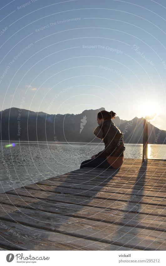 Licht am Ende des Berges Mensch Frau Himmel Natur Jugendliche Wasser Sonne Erholung Landschaft Mädchen Erwachsene gelb dunkel Berge u. Gebirge feminin