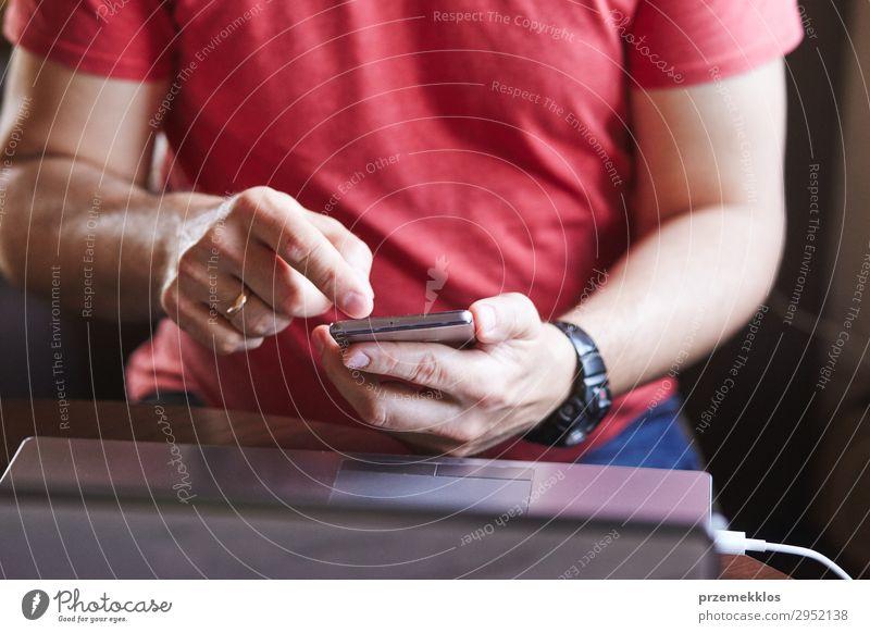 Mann mit Smartphone arbeitet am Laptop Lifestyle Schreibtisch Arbeit & Erwerbstätigkeit sprechen Telefon Handy PDA Computer Notebook Bildschirm
