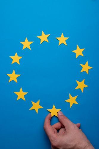 Europawahl Bildung Wirtschaft Business Team Mann Erwachsene Hand Finger Papier Dekoration & Verzierung Zeichen wählen festhalten Erfolg blau gelb Macht