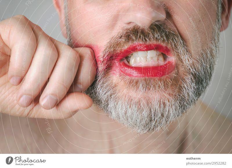 Bärtiger wütender Mann mit rotem Lippenstift auf den Lippen. Lifestyle Gesicht Schminke Mensch maskulin Homosexualität Erwachsene Mund 1 30-45 Jahre Vollbart