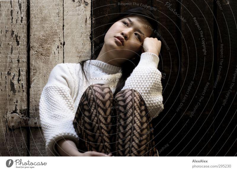 Reminiszenz Jugendliche schön ruhig Junge Frau Gesicht Erwachsene 18-30 Jahre Holz Denken Kopf Beine träumen Stimmung sitzen beobachten Sehnsucht
