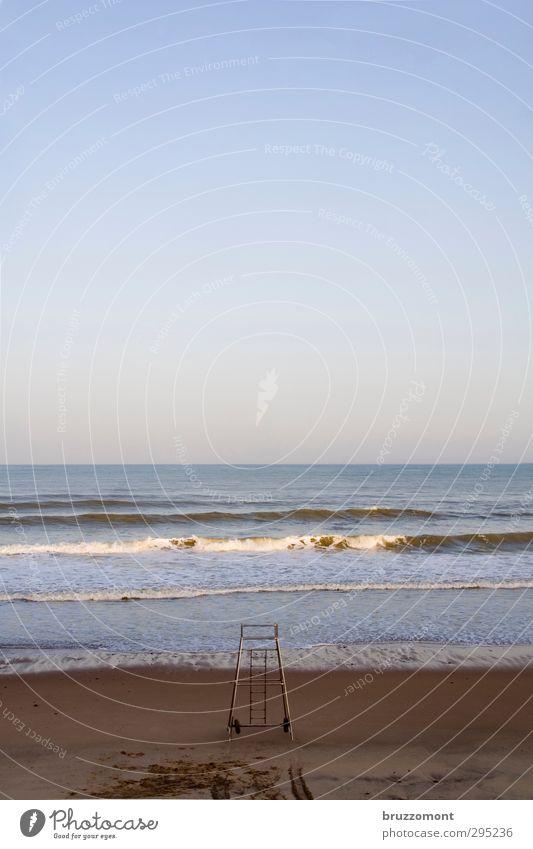 Sturmfrei Natur Sand Wasser Wolkenloser Himmel Horizont Wellen Küste Schwimmen & Baden blau Sicherheit Einsamkeit Atlantik Wachturm Ozean Gedeckte Farben