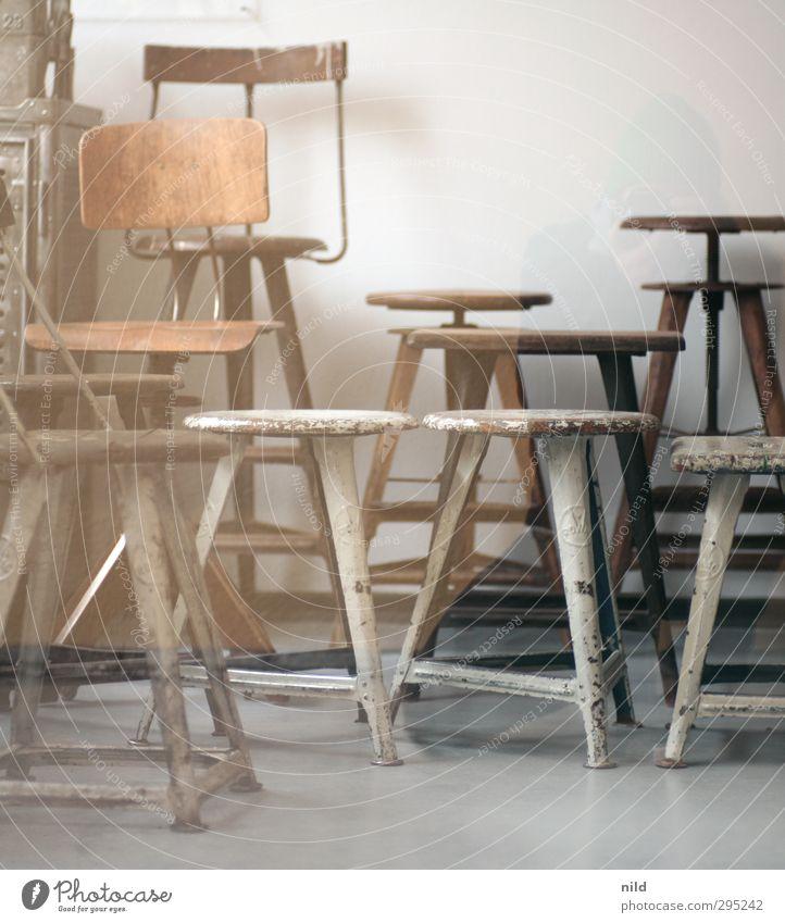 Sitzgelegenheiten Mensch Frau alt Erwachsene Innenarchitektur Holz grau Stil braun Raum maskulin Wohnung sitzen Lifestyle Häusliches Leben retro