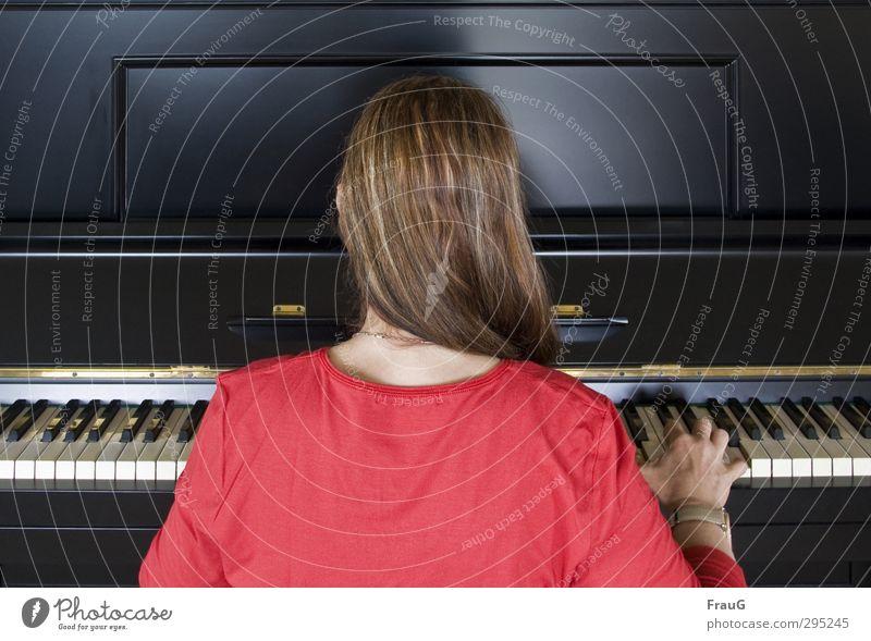 Flohwalzer.... Klavier feminin Frau Erwachsene Haare & Frisuren Rücken Finger 1 Mensch 45-60 Jahre T-Shirt Kette Uhr brünett langhaarig Holz Spielen rot schwarz