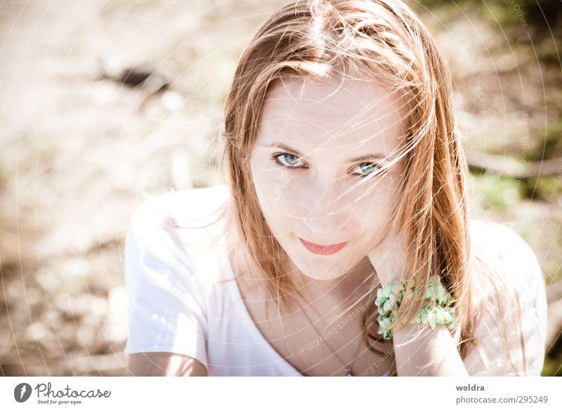 aufschauen Mensch feminin Junge Frau Jugendliche Haare & Frisuren 1 18-30 Jahre Erwachsene Sonne Sommer Wind Park T-Shirt Schmuck Armband blond langhaarig