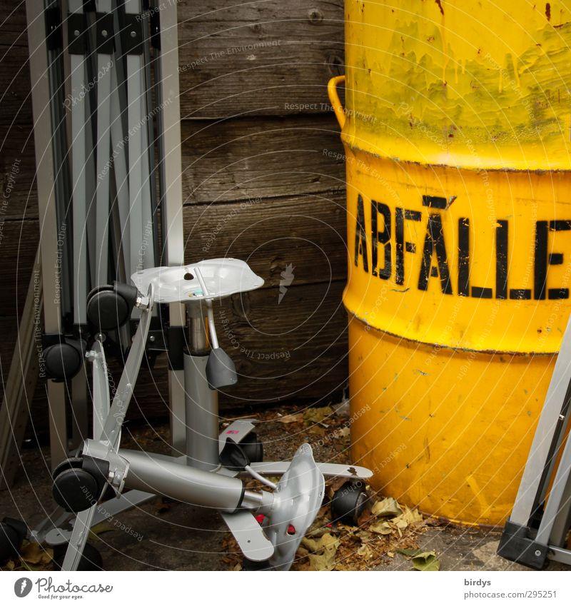 Zwischenlager Müllbehälter Metall Schriftzeichen Hinweisschild Warnschild leuchten authentisch kaputt gelb grau Reinlichkeit Sauberkeit Umweltverschmutzung