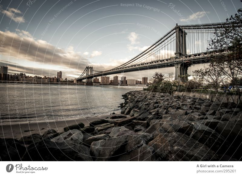 looking back New York City Amerika Stadt Hafenstadt Stadtrand bevölkert Brücke authentisch Bekanntheit hoch lang stark Stabilität massiv Metall Gestell Übergang