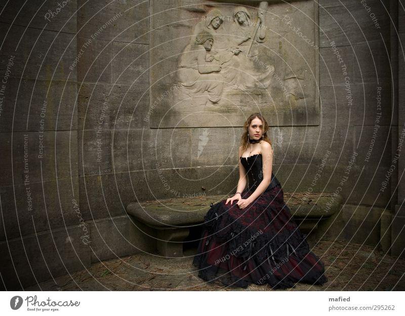 Möwenkind schön feminin Junge Frau Jugendliche Gesicht 1 Mensch Jugendkultur Gothic Dark Romantic Mode Kleid Korsage brünett langhaarig Locken Stein sitzen