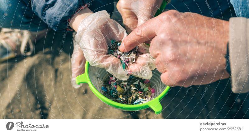 Frau Kind Mensch Mann Hand Strand Erwachsene Umwelt Familie & Verwandtschaft Sand gefährlich Internet Kunststoff zeigen Müll reif