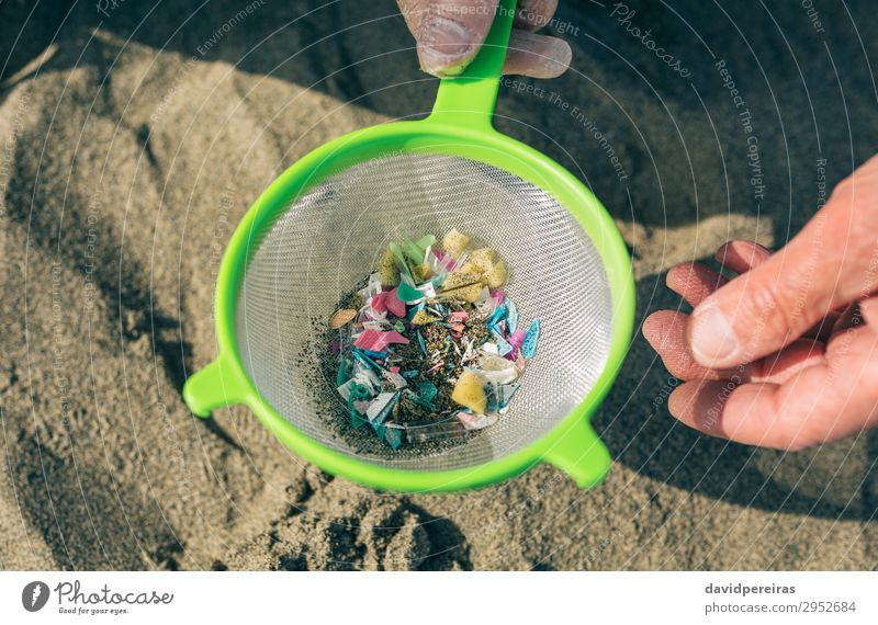 Mensch Mann alt Hand Strand Erwachsene Umwelt Sand gefährlich Kunststoff zeigen Müll reif Teamwork Großvater horizontal