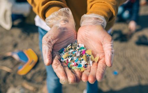 Mensch Mann alt Hand Strand Erwachsene Umwelt Sand gefährlich Kunststoff zeigen Müll Teamwork horizontal Umweltverschmutzung Typ