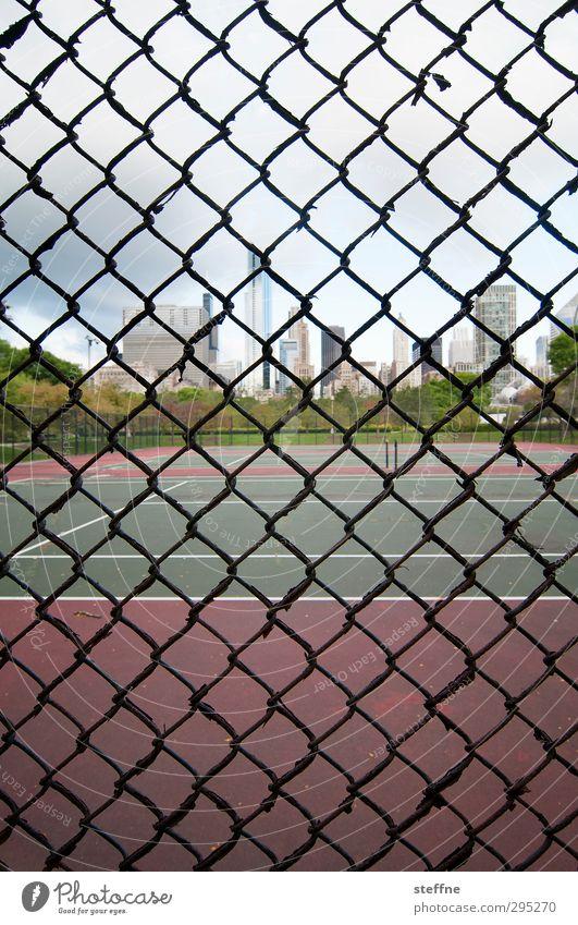 Käfighaltung Sport Fitness Sport-Training Tennis Tennisplatz Chicago USA Stadt Skyline Hochhaus außergewöhnlich Zaun Gitter gefangen Farbfoto