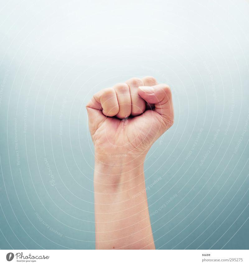 Steht mit einer Faust Haut Erfolg Arme Hand Finger Zeichen Kommunizieren Coolness einfach hell trendy stark Mut Aggression bedrohlich Kraft Daumen hell-blau
