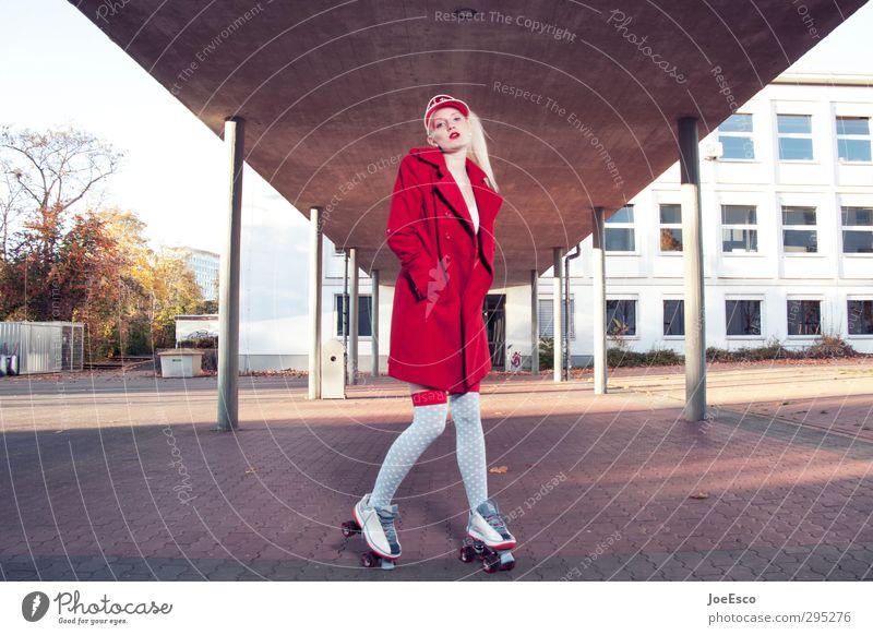 #248648 Lifestyle Stil Freizeit & Hobby Sport Bildung Schule Schulhof Studium lernen Frau Erwachsene 1 Mensch Gebäude Mode Mantel blond beobachten Erholung
