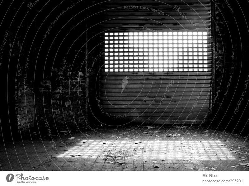 black hole sun Industrieanlage Fabrik Gebäude alt dunkel Verfall Lichtblick Rolltor Lichteinfall geschlossen Strukturen & Formen Boden Lagerhalle Lagerhaus
