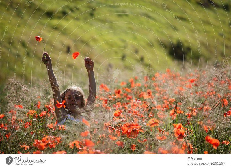 Glücksmomente Mensch Kind Natur Ferien & Urlaub & Reisen Sommer Mädchen Freude Blume feminin Spielen Freiheit Glück springen Garten Kindheit Feld