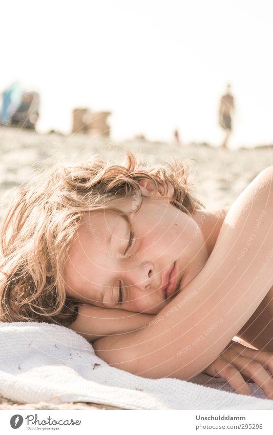 Sommerträume Mensch Kind Ferien & Urlaub & Reisen Sonne ruhig Strand Erholung Gesicht Leben Junge Haare & Frisuren Sand Kopf hell träumen